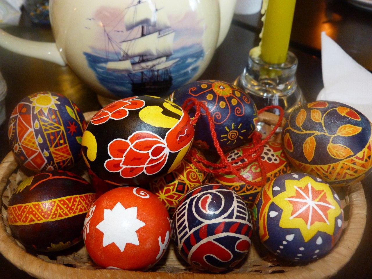 Роспись воском пасхальных яиц