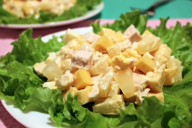 Салат с вареной курицей и ананасами