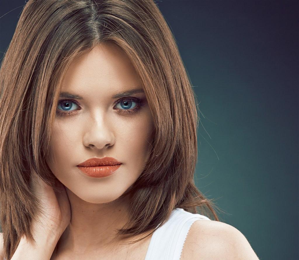 Прически лесенкой на средние волосы без челки