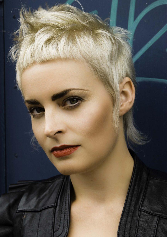 Фото коротких причёсок с короткой чёлкой