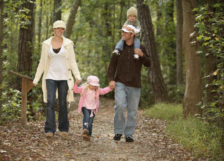 Родители на прогулке с детьми фото