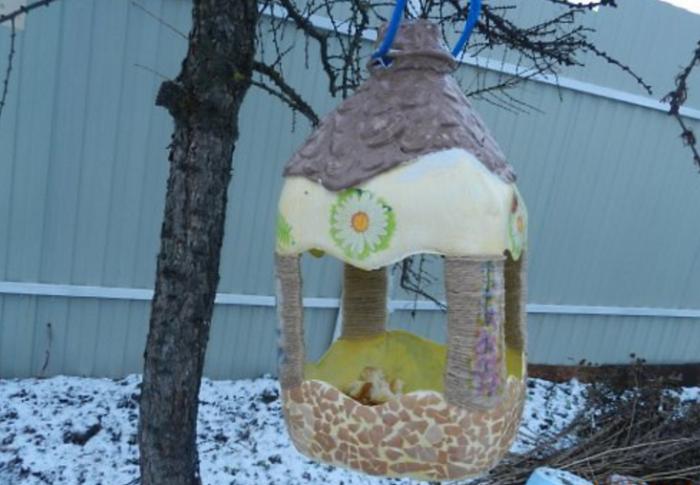 Как сделать кормушку для птиц из пластиковой бутылки красивую