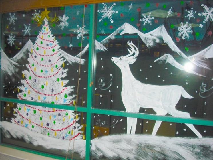 Рисунки на окнах зубной пастой новый год