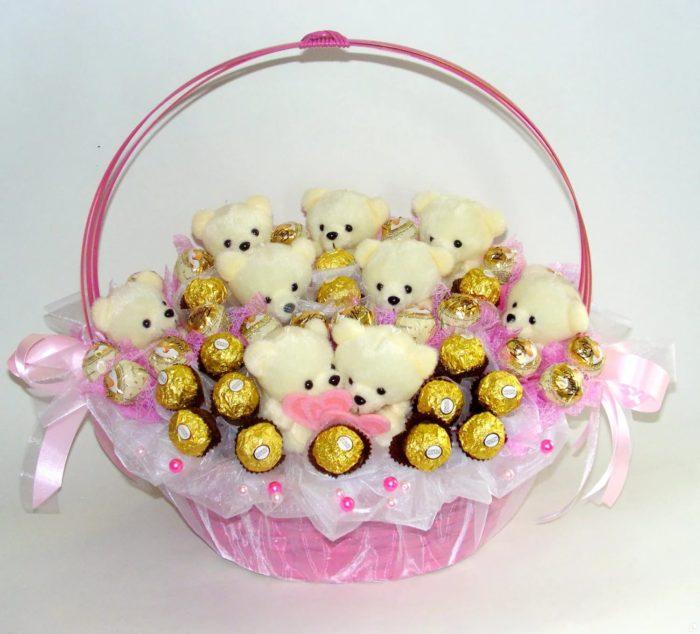 Букеты из конфет и игрушек своими руками в корзинке 1