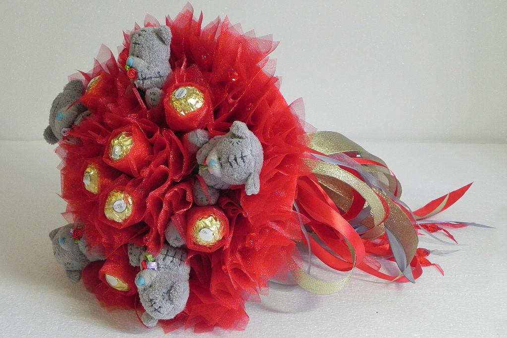 Как сделать букеты из конфет и игрушек своими руками пошаговое
