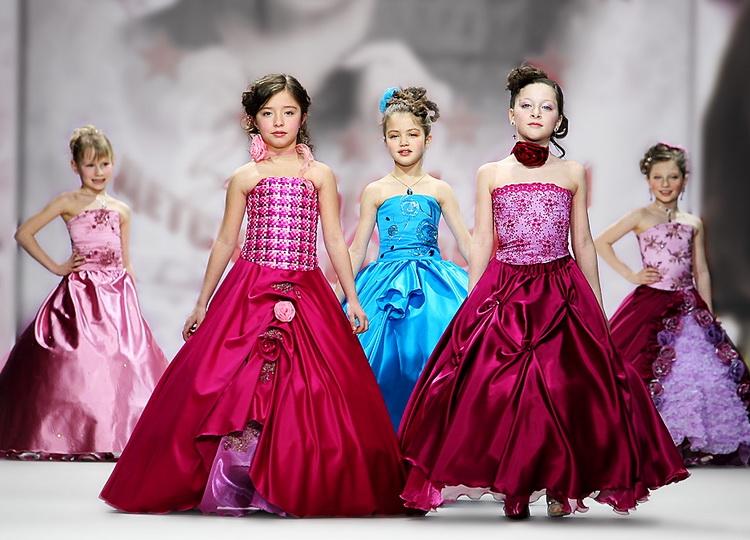 Нарядные платья для девочек  модные тенденции 2018 года — платья крючком 101ef1bb8a425